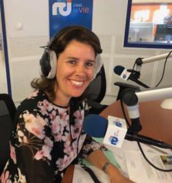 Emmanuelle Martin est interviewée au micro de RCI Guadeloupe Martinique