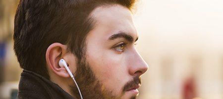 Jeune écoutant de la musique prolongée et trop forte