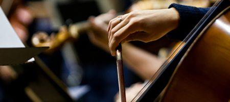 Musicien jouant du violon et stimulant son cerveau