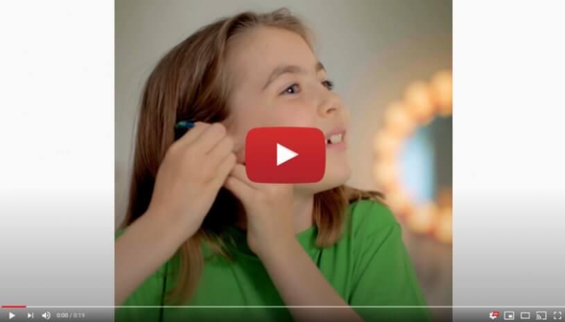 """Vidéo """"Laura est prête pour son premier jour d'école, ses aides auditives aussi"""" de la marque PHONAK"""