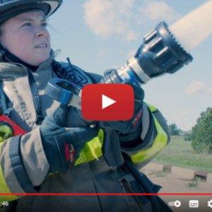 """Vidéo """"Témoignage de Clare Wolf - utilisatrice d'aides auditives Opn S™"""" de la marque OTICON"""